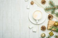 Composição do Natal no estilo escandinavo Presentes do Natal, café com marshmallows, cones do pinho, ramos do abeto vermelho em u fotos de stock