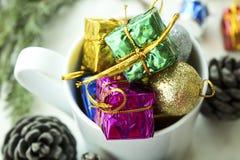 Composição do Natal O presente do Natal, cones do pinho, abeto ramifica no fundo branco de madeira fotos de stock royalty free