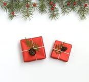 Composição do Natal O quadro feito de presentes do Natal, pinho ramifica no fundo branco Configuração lisa, vista superior foto de stock