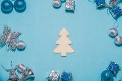 Composição do Natal ou do ano novo em um fundo azul ch de madeira Imagem de Stock