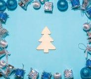 Composição do Natal ou do ano novo em um fundo azul ch de madeira Fotografia de Stock Royalty Free