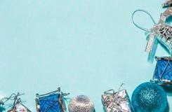 Composição do Natal ou do ano novo em um fundo azul ch de madeira Fotos de Stock Royalty Free