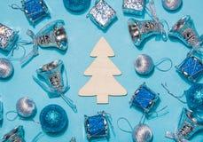 Composição do Natal ou do ano novo em um fundo azul ch de madeira Imagens de Stock