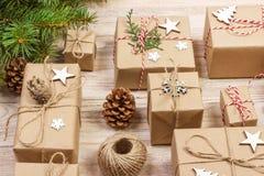 Composição do Natal presentes do Natal com ramos do pinho e decoração do Natal no fundo branco Configuração lisa, vista superior, Fotos de Stock Royalty Free
