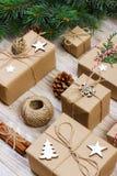 Composição do Natal presentes do Natal com ramos do pinho e decoração do Natal no fundo branco Configuração lisa, vista superior, Foto de Stock Royalty Free