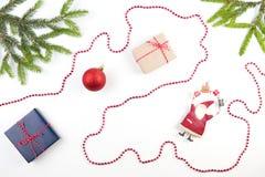 Composição do Natal Ramo de árvore do abeto, presentes pequenos e decoração do xmas no fundo branco Imagens de Stock Royalty Free