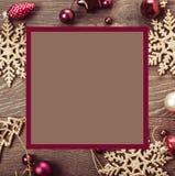 Composição do Natal Ramos Spruce, árvore do xmas, bola cor-de-rosa do feriado da decoração do xmas com a fita no fundo branco foto de stock royalty free