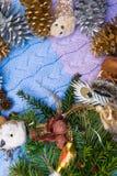 Composição do Natal do vintage - brinquedo do feriado do ano novo para a árvore de Natal - coruja, botas das sapatas, anjo, cones imagem de stock