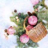 Composição do Natal do vintage com as bolas de madeira cor-de-rosa Fotos de Stock Royalty Free