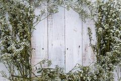 Composição do outono das folhas, das flores e das bagas na parte traseira de madeira Fotografia de Stock Royalty Free