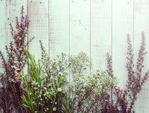 Composição do outono das folhas, das flores e das bagas na parte traseira de madeira Imagens de Stock Royalty Free