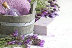 Composição do sumário do cuidado do corpo dos termas dos cosméticos da alfazema Fotografia de Stock Royalty Free