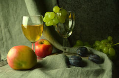 Composição do vinho branco com uvas Imagens de Stock