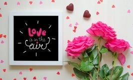 Composição do vintage do dia do ` s do Valentim do St do quadro branco da foto, ramalhete cor-de-rosa das rosas Fotografia de Stock Royalty Free