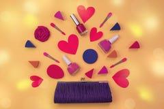 A composição dos acessórios das mulheres é o coração vermelho da bolsa no conceito amarelo do fundo do dia de Valentim foto de stock royalty free