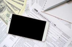 Composição dos artigos que encontram-se no formulário de imposto 1040 Notas de dólar, p Imagem de Stock Royalty Free