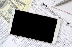 Composição dos artigos que encontram-se no formulário de imposto 1040 Notas de dólar, p Imagem de Stock