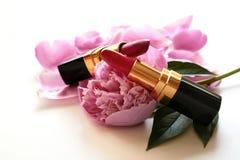 Composição dos batons e das flores do rosa Foto de Stock Royalty Free