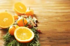 Composição dos citrinos, das especiarias e de ramos coníferos Foto de Stock