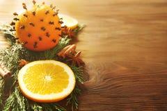 Composição dos citrinos, das especiarias e de ramos coníferos Imagem de Stock