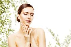 A composição dos cuidados com a pele e da cara da beleza, mulher Skincare natural compõe fotos de stock