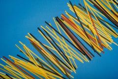 composição dos espaguetes coloridos crus foto de stock