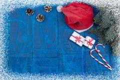 Composição dos feriados do Natal no fundo de madeira azul Vista superior com espaço da cópia Fotografia de Stock