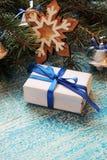 Composição dos feriados do Natal no fundo de madeira branco com a decoração da árvore de Natal e espaço da cópia para seu texto Fotografia de Stock Royalty Free