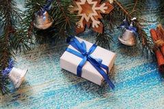 Composição dos feriados do Natal no fundo de madeira branco com a decoração da árvore de Natal e espaço da cópia para seu texto Foto de Stock