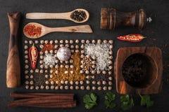 Composição dos grãos-de-bico e da especiaria com opinião superior dos utensílios de mesa de madeira Foto de Stock