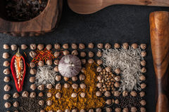 Composição dos grãos-de-bico e da especiaria com utensílios de mesa de madeira Imagens de Stock