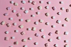 Composição dos marshmallows e dos cubos do açúcar imagem de stock royalty free