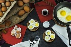 A composição dos ovos, colocada na tabela fotografia de stock royalty free