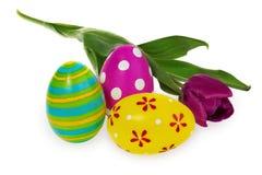 Composição dos ovos da páscoa, flores, tulipas Ovos da páscoa no mult Foto de Stock