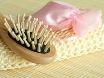 Composição dos termas da escova e saco com sais de banho Imagem de Stock