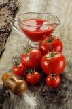 Composição dos tomates e o suco e a salada de tomate Imagem de Stock