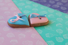 Composição dos Valentim do St O azul e a rosa vitrificaram bolos de mel com as fitas colocadas em fundo varicolored Fotografia de Stock