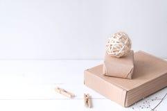 Composição elegante mínima com bolas do rattan e caixas do ofício Imagens de Stock Royalty Free