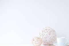 Composição elegante mínima com bolas do rattan e copo de café Fotos de Stock