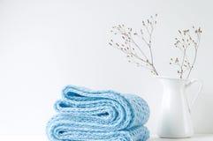 Composição elegante mínima com lenço azul e o vaso branco Fotos de Stock Royalty Free