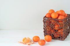 Composição elegante mínima com tangerinas e cesta Fotos de Stock