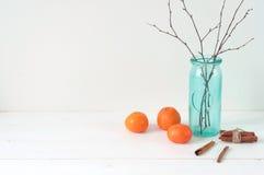 Composição elegante mínima com tangerinas e vaso Fotografia de Stock Royalty Free