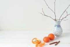 Composição elegante mínima com tangerinas e vaso Imagens de Stock