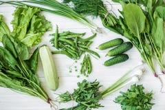 Composição em um fundo escuro de produtos orgânicos verdes do vegetariano Foto de Stock Royalty Free