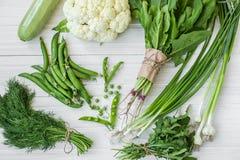 Composição em um fundo escuro de produtos orgânicos verdes do vegetariano Imagens de Stock