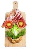 Composição engraçada da cara feita dos vegetais na placa de madeira. Imagem de Stock Royalty Free