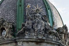 Composição escultural com a estátua da liberdade da casa velha em Lviv, Ucrânia Foto de Stock Royalty Free