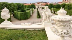 Composição escultural no jardim imagens de stock