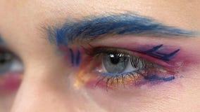 Composição exótica no olho do ` s da menina, fim acima, lento video estoque