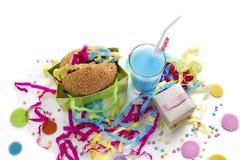 A composição festiva bebe cores saturadas cocktail da caixa de presente dos confetes do ouropel da cookie do Hamburger do feriado Fotos de Stock